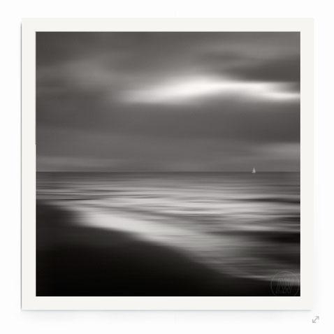 """""""The Journey"""" , Minimalistisches, abstraktes Seestück mit Bewegung in schwarz-weiß."""