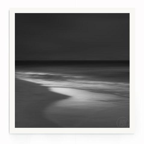 """""""Twilight"""" Abstrakte Strand- Landschaft in monochromer Farbstimmung."""
