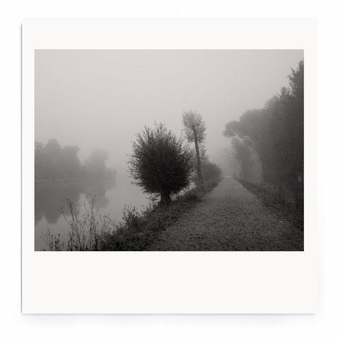 """""""Silent Place""""- Abstrakte Fotografie einer Flußlandschaft im Nebel."""