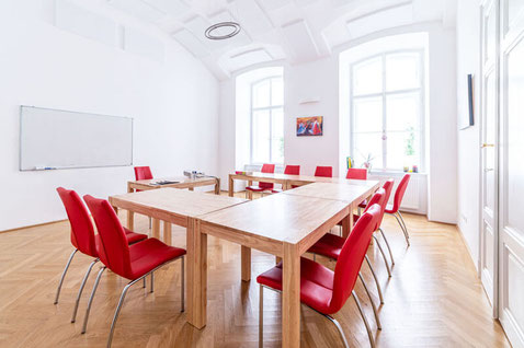 Modern ausgestatteter Kursraum der Sprachschule Alegría Wien