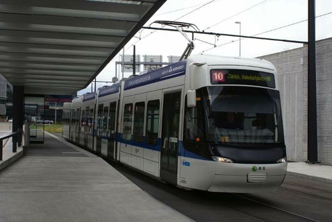Tram rapide reliant la gare centrale de Zurich à l'aéroport