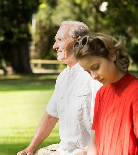 Zufriedenener älterer Herr im Park