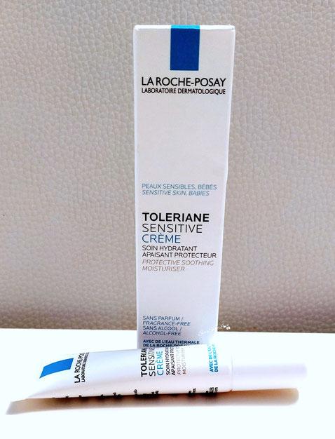 Tubetto crema viso e collo Toleriane sensitive La Roche-Posay sul tavolo