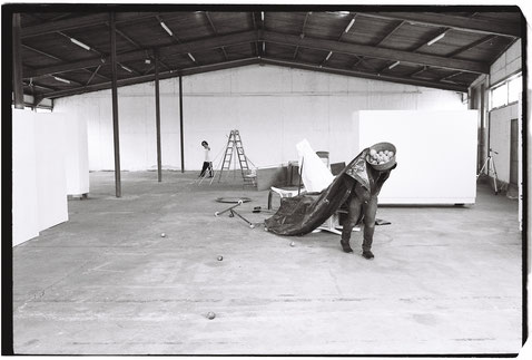 """Closeness and Distance"" Performance Werft77 mit Reza Askari (Kb.), Misael Lopez (modern dance), Bertolt Mohr (Installation, Performance) Foto: Ferry Mohr"