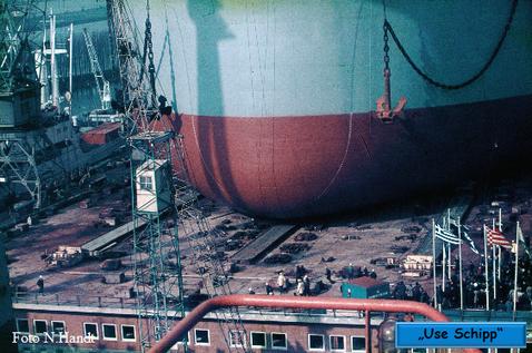 Unter großen Jubel der Ehrengäste gleitet der Tanker in Richtung Werfthafen