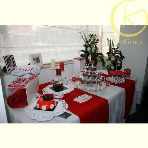 Inspiratie rood-wit decoratie. Gepersonaliseerde mini lepels met rode strikjes.