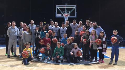 Die Spieler des BC Lietkabelis Panevezys nach dem Training mit den Kindern des Kindertageszentrums