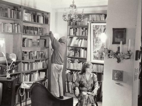 """Tournage du portrait de l'artiste cinématographique de Bettina Heinen-Ayech avec le titre """"Bettina Heinen-Ayech: Lettre à Erwin Bowien"""" du réalisateur algérien Hassen Bouabdellah, 1992"""