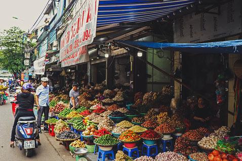Vietnamesisches Streetfood mit frischen Zutaten und verschiedenen Gewürzen