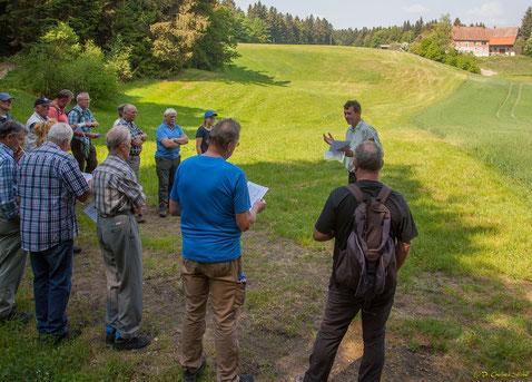 """Friedemann Friz erklärt die Streubesiedelung des Schwäbischen Waldes am Beispiel des arrondierten Bauernhofs """"Hafental"""""""