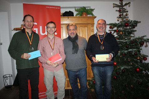 Siegerehrung Main, v. l. n. r.: Andreas (2.), Peter (1.), Fred (Veranst.-Team), Francois (3.)