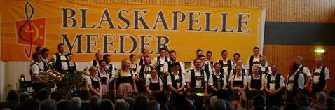 Musikkapelle Nussdorf vor Transparent Blaskapelle Meeder
