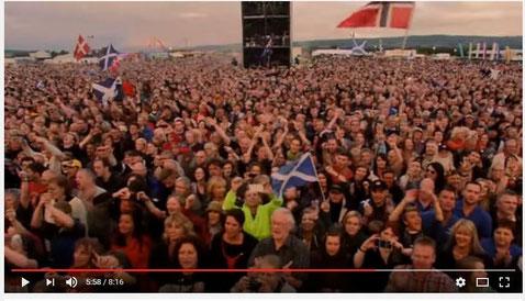Zwei Blondies mit Schottlandflagge - wer findet uns? :-)