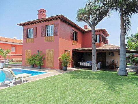 Große Villa über 2 Etagen, einem Pool vor der Villa und Garten mit Palmen.
