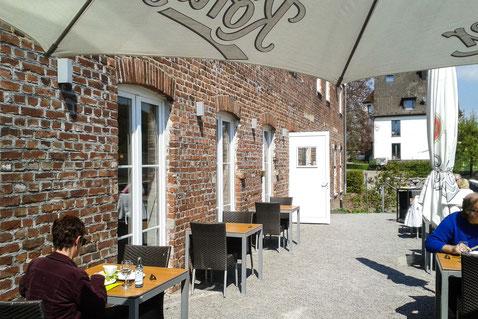 die sonnige Terrasse des Spargelrestaurants auf Gut Kuhlendahl