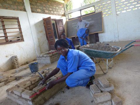 Die Ausbildung zu Fachkräften ist Teil des Bildungsauftrags und der humanitären Arbeit vor Ort. Diese junge Frau will Maurerin werden.