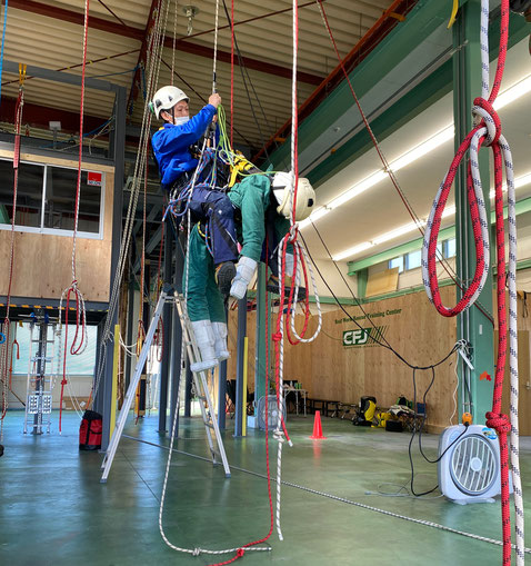 Rope access rescue simulation, rescuer descend with the casualty