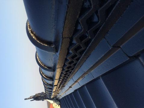 熊本市東区の瓦屋根塗装工事完成です。高耐久・防カビシリコン塗料使用。ブラックシルバーカラー使用。