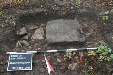 Der Sandsteinquader nach der ersten Freilegung 2014. (Europ. Kulturpark Bliesbruck-Reinheim)