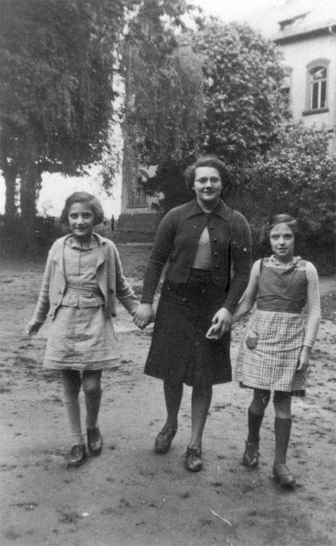 Friedel Wallenstein (links) in der Jüdischen Bezirksschule in Bad NauheimFOTO: Sammlung Monica Kingreen/www.vor-dem-holocaust.de