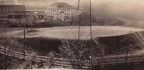 Der Schlosshügel mit Burggraben um 1950