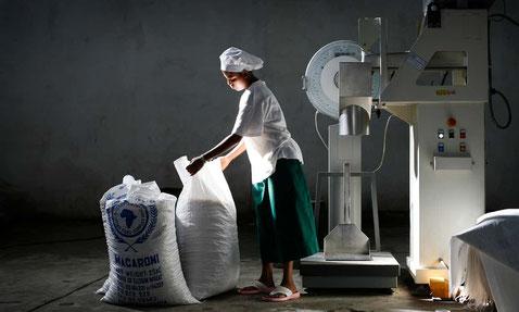Femme dans une usine alimentaire à Nazret, en Éthiopie (The Guardian)