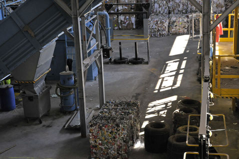 sous le hangar, passage sous la presse à balles