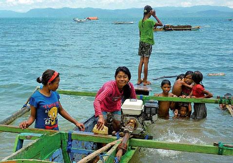 沖合の養殖海域に向う準備中の漁民