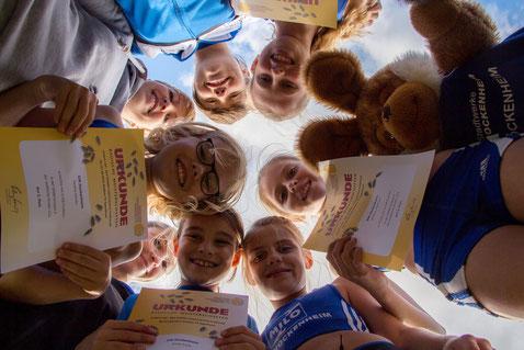 ...eine Runde Sache... ;-) Marlene, Paulina, Emilia, Linea und Antonia freuen sich mit ihren Trainerinnen über der Vizetitel bei den Badischen Mannschaftsmeisterschaften:-)