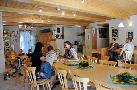 Gemeinschaftsraum mit Kaffeetheke, Spiel- und Bücherecke und Küche für Gäste des Apartments oder Gruppen.
