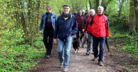 Gute Laune im Frühlingswald beim botanischen Spaziergang mit Thomas Hövelmann (vorne) Bild: Birgitta Gräb