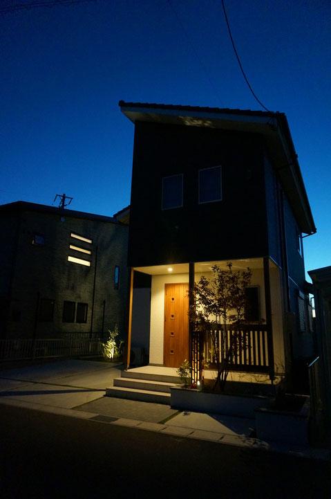 春日井市O様邸 夜景 ライトアップにより照らされることで、昼間とは違った表情になる。