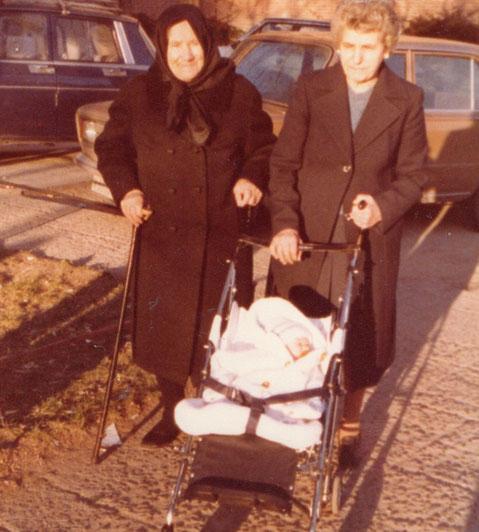 Mis abuelas me pasean ( Mes y medio )