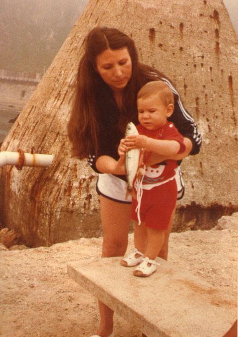 Con mamá pescando.