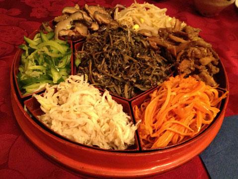 ビビンバには、ずいき、切干し大根のナムル、ひょう(すべりひゆ)のナムルなども作ってみました。韓国ではトラジ(桔梗の根)など、干し野菜をたくさん使います。日本の乾物でマネっこしました。