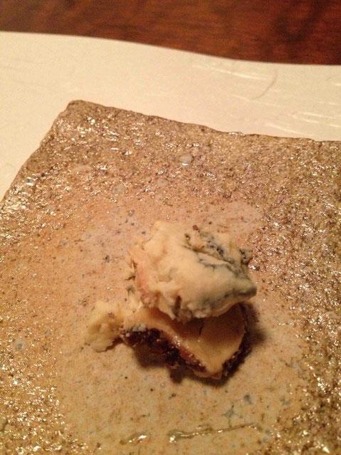 エルボリナート・アル・カカオ・エ・ラム。10年もののラムでウォッシュしたブルーチーズ。外側にはカカオ豆のクラッシュをトッピング。はじめて食べます。たまりませぬ、、。