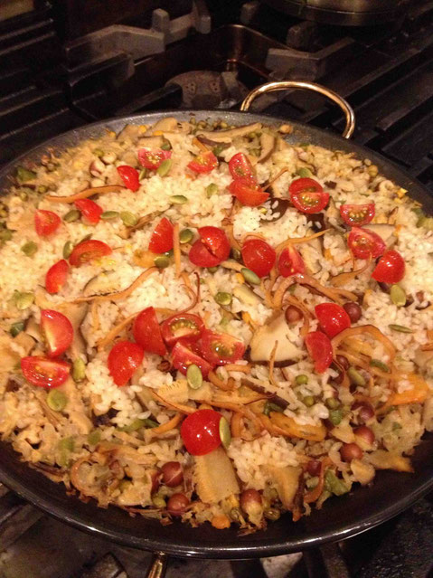豆2種、干しきのこ、ちょっと珍しい鶏斗米という蓮の仲間。ダシは干しえび、昆布、するめいかでじっくりとったパエリヤ