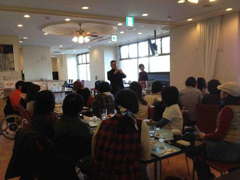 卵の話を熱く語る藤井浩太郎さん。参加の皆さんも真剣