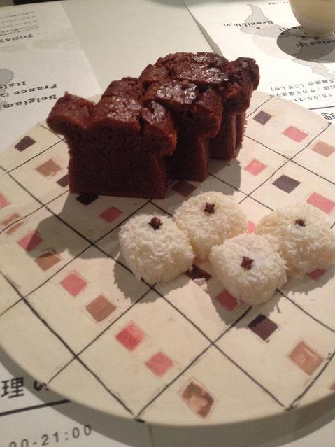 ブラジルのデザート「ベイジーニョ」と赤米を使ったハワイ(アメリカ)のお菓子バター餅。Time Machine(タイムマシン)京都府 純米生  25BY。びっくりするくらいあう!