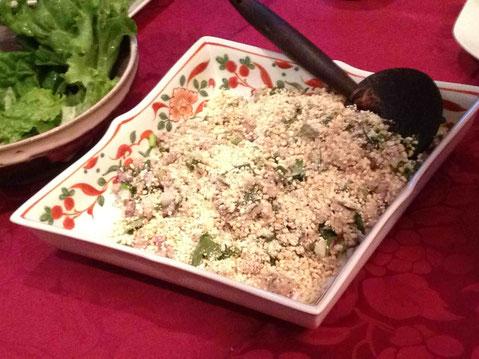 タイのイサーン地方とラオスの郷土料理ラープ・ムーは豚肉と野菜たっぷりのサラダに炒って半ずりにした米をたっぷりトッピング。今日はレタスで巻いて。長珍(愛知)純米吟醸 無濾過生 23BY