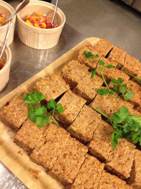 肉を一切使わずに作ったナッツローフ。トッピングにはドライマンゴーを加えたサルサを