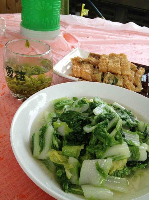 万能葱を湯葉で巻いて揚げたものと自家製の野菜の炒め物。どちらもとっても美味!@玖玖圆