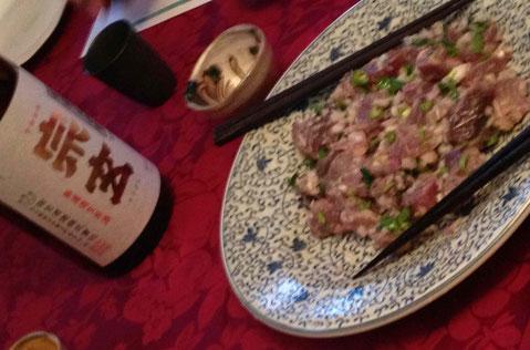 マレーシアのクチンの料理「UMAI]はカツオに青唐辛子をきかせて。宗玄(石川)純米 無濾過生 24BYをぬるい燗で