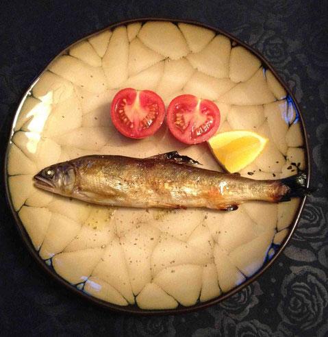 1皿目。鮎が残っていたのでグリル。先日は和風に食べたのですが、今日はオリーブオイルと塩、胡椒、レモンで。トマトも1個だけ残っていたので添えました