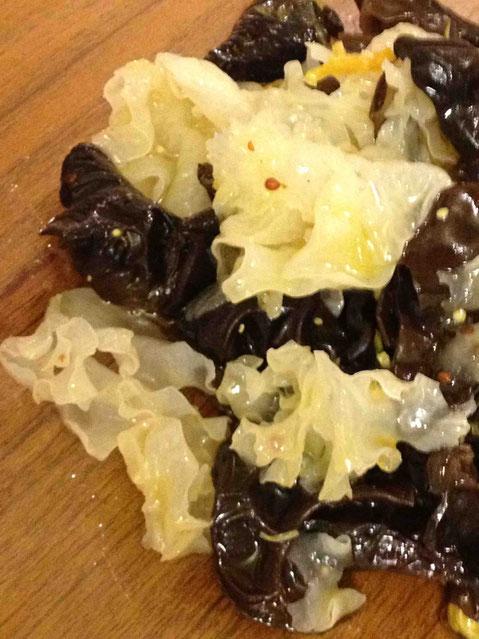 黒&白の木耳のサラダ。トッピングは菊の花。フレンチドレッシングで