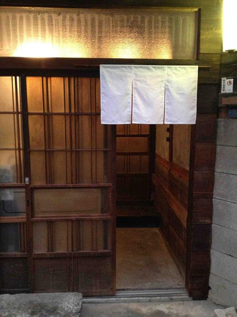 白い暖簾がかかるのみ。看板なし。完全予約制