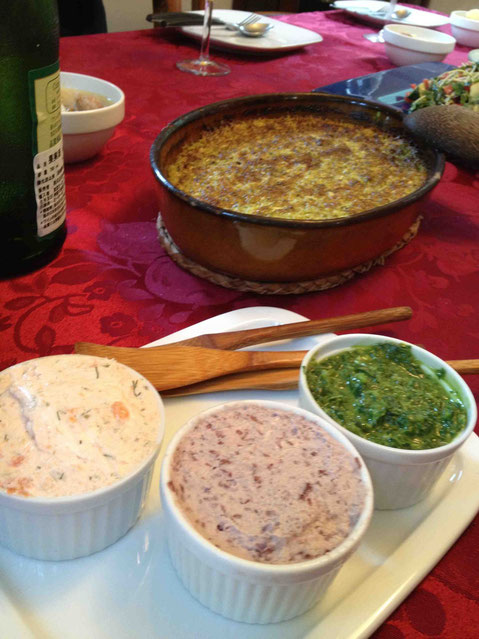 作っておけばしばらく楽しめるディップ類、後ろはズッキーニのチーズグラタン