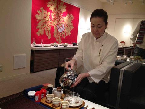 美命のぐい呑みで台湾茶をいれてくれる中島万咲子さん