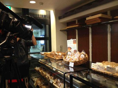 店に並んだ「和良の乾物ドライカレーお焼きパン」