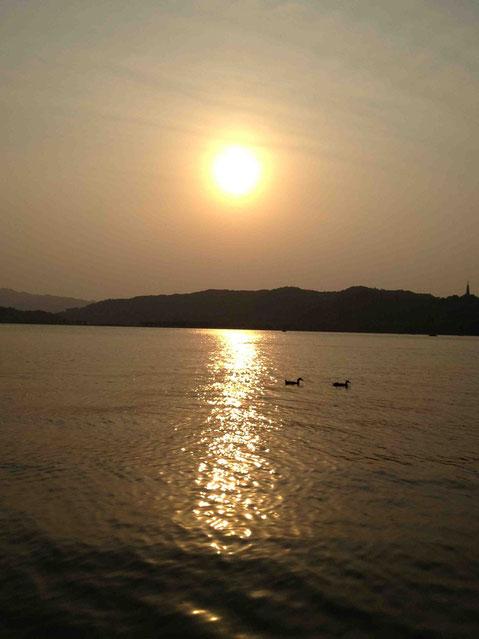 西湖に沈む夕陽。北京の頤和園で見た夕陽を思い出しました